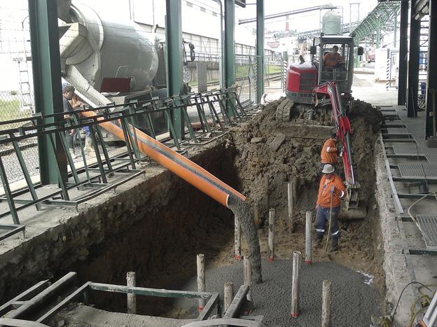 výstavba kolejové váhy v areálu Cukrovaru Dobrovice; betonáž základové desky