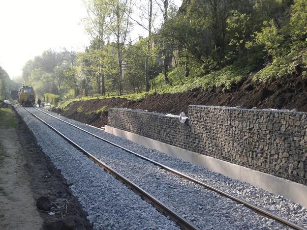 gabionová zeď a opravená trať v žst. Malá Veleň