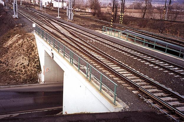 rekonstrukce děčínského zhlaví v žst. Hněvice, pohled na kolejové rozvětvení na mostě (firma N+N realizovala oba objekty)