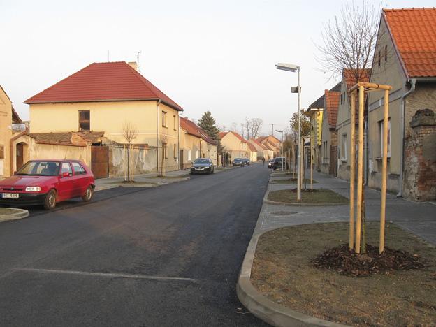 obec Černěves, nový asfalt. povrch a chodníky