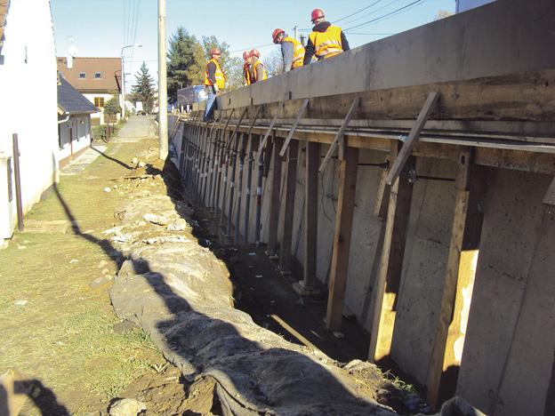 Chocenice; zeď s novou železobetonovou římsou