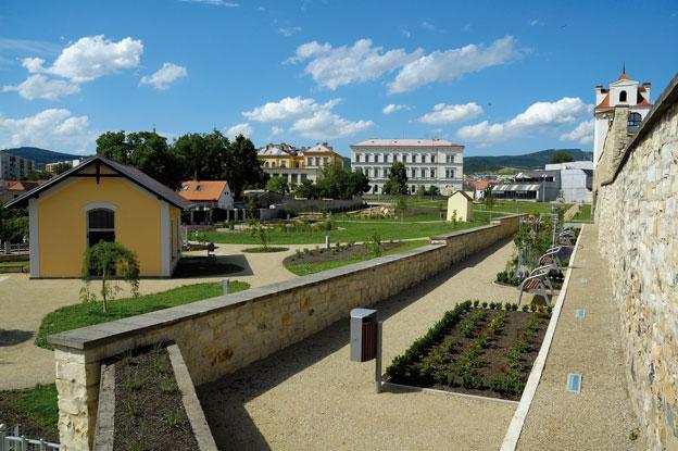 """park """"U Hvězdárny"""" v Litoměřicích, celkový pohled z jižního cípu parku – vlevo budova vodárny, vpravo růžová zahrada"""