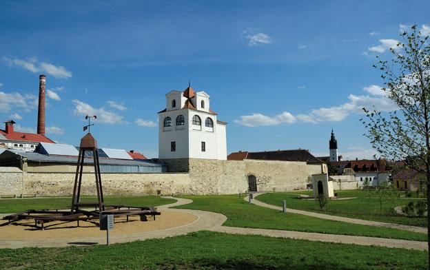 """park """"U Hvězdárny"""" v Litoměřicích, celkový pohled – uprostřed budova takzvané hvězdárny"""