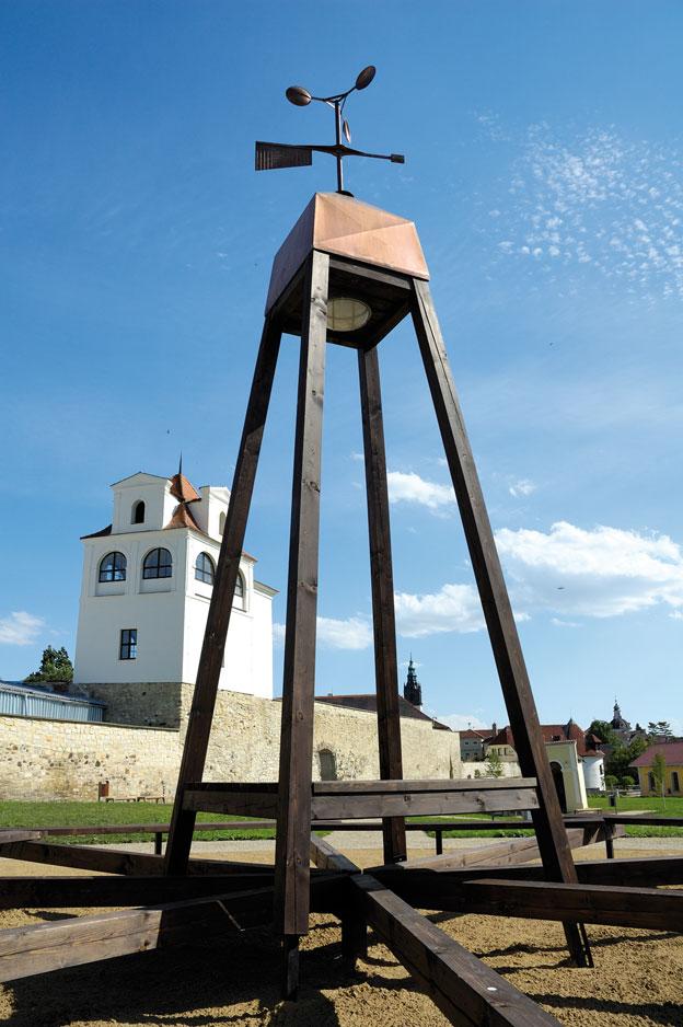 """park """"U Hvězdárny"""" v Litoměřicích, umělecké dílo z dílny Barbory Hubené – centrální odpočívadlo s větrnou věží"""
