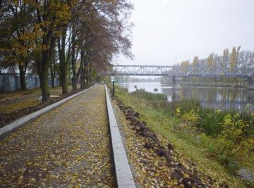 cyklistická stezka na levém břehu Labe v Nymburce, montáž obrubníků