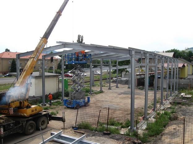 stavba haly, montáž ocelové konstrukce haly