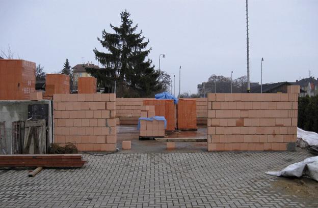 sklad firmy v Litoměřicích, průběh výstavby obvodového zdiva