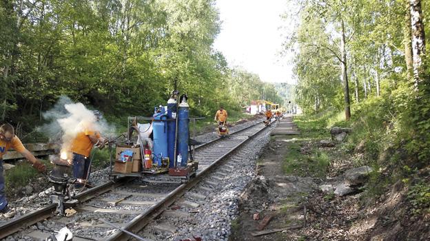 Rekonstrukce trati Bečov—Karlovy Vary; během oprav – svaření do bezstykové koleje