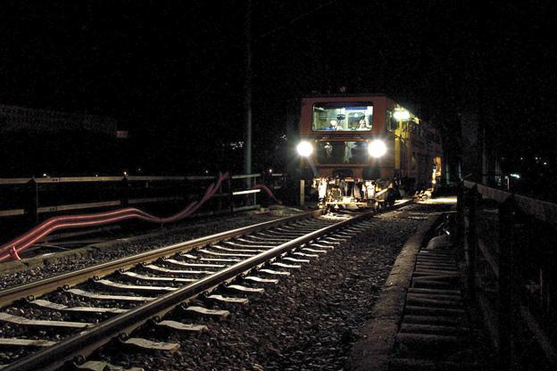 rekonstrukce železničního svršku na mostě v Děčíně; práce ASP podbíječky