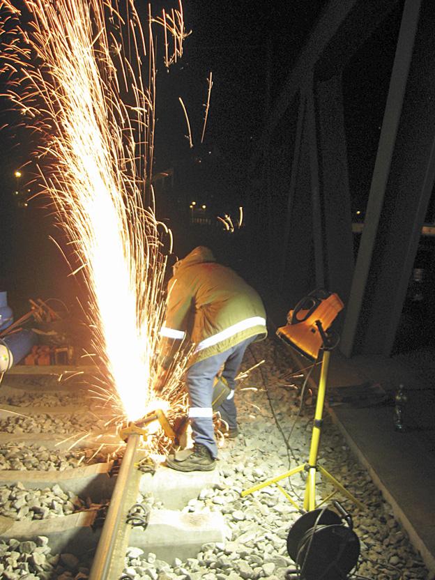 rekonstrukce železničního svršku na mostě v Děčíně; řezání kolejnic, příprava sváru