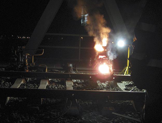 rekonstrukce železničního svršku na mostě v Děčíně; svařování kolejnic SOWOS