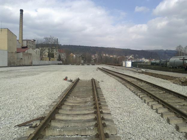 rozšíření kolejiště vlečky v areálu Ryko; pokládka kolejí
