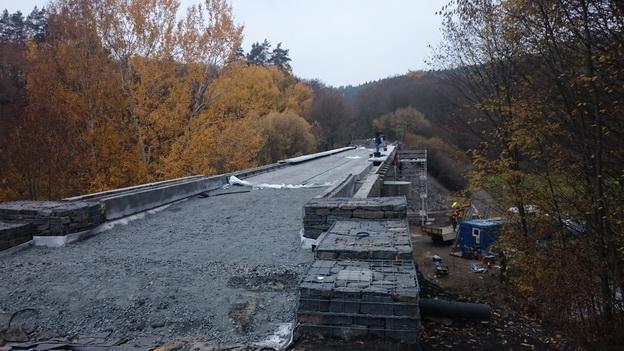 most km 32,375, výstavba gabionových zídek a předpolí