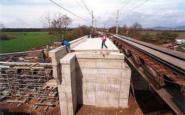 most Hrdly, práce na nové mostní konstrukci (2 mostní provizoria v sousední provozované koleji)