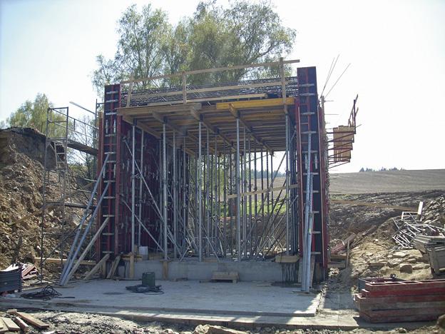 Salajna 1 — rámová železobetonová konstrukce – nový objekt včetně založení; průběh výstavby – bednění rámu konstrukce