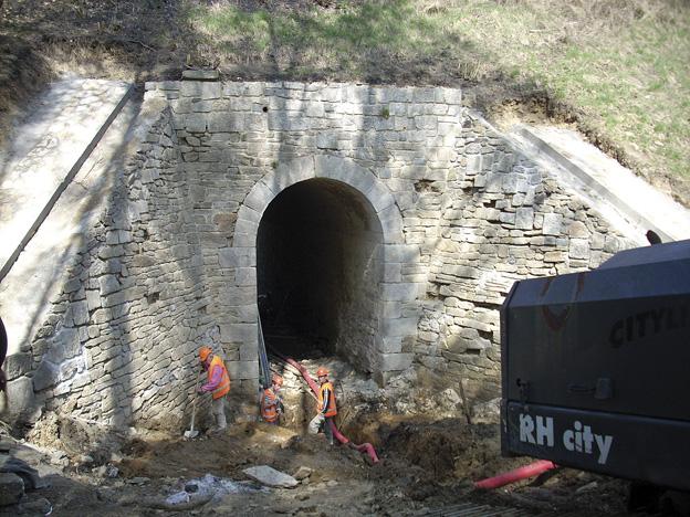 Salajna 2 — rekonstrukce kamenného mostu, spárování, injektáže, nové železobetonové římsy – průběh výstavby (odkopání, odbourání stávajících kamenných říms)