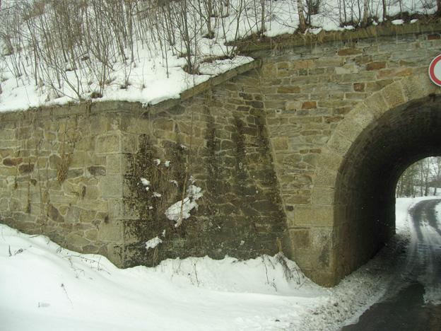 Palič — odtěžení stávajícího náspu, odbourání kamenné klenby, výstavba nových železobetonových opěr a klenby včetně izolace, zhotovení nového náspu – původní stav
