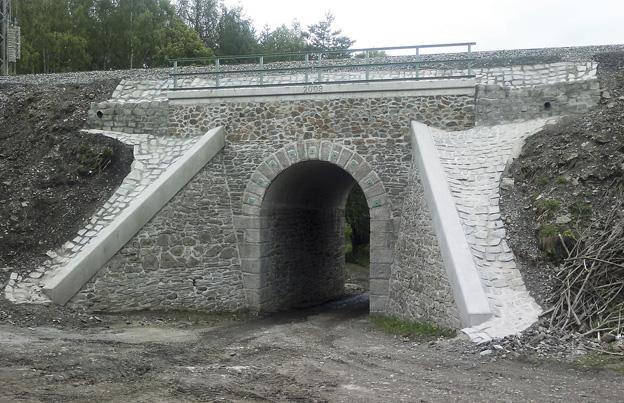 Rekonstrukce kamenné klenby s novými železobetonovými římsami