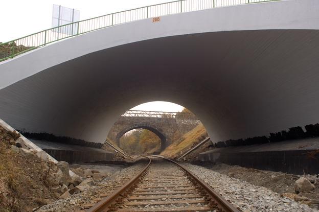 most Žďárek, průhled novým mostem na původní most