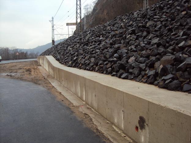 svah Litochovice, dokončená nová železobetonová zeď
