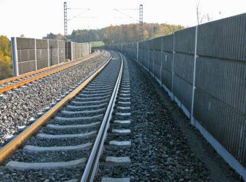 trať Cheb–Praha, pohled na protihlukovou stěnu
