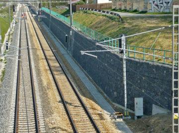 trať Praha–Horní Dvořiště, pohled na opěrnou zeď