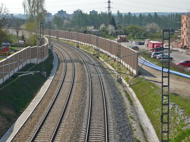 trať Praha–Horní Dvořiště, pohled na protihlukovou stěnu
