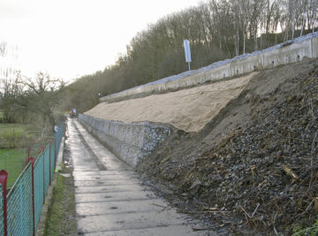 stabilizace náspu na trati Praha—Turnov; nová gabionová zeď