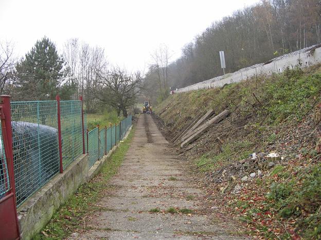 svah náspu na trati Praha – Turnov, původní stav