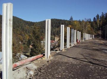 trať Stříbro–Planá u Mariánských Lázní, pohled na výstavbu protihlukové stěny