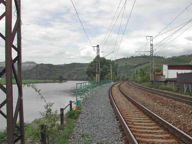 sanace na trati Velké Žernoseky–Sebuzín, pohled na novou opěrnou zeď od trati