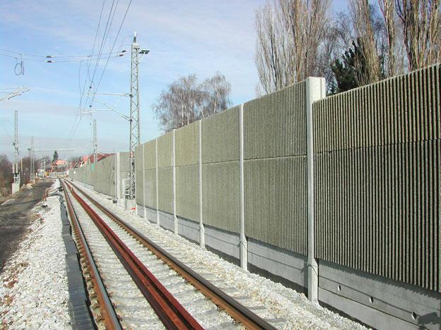 protihlukové stěny na trati Veselí n. L.–Tábor, dokončená část díla – osazení panelů a penetrační nátěr