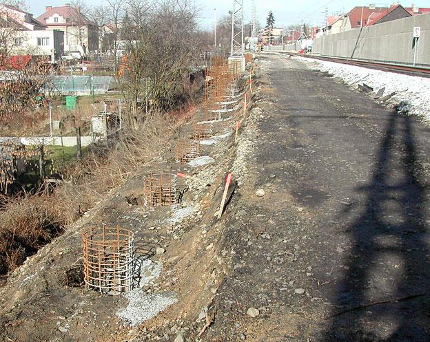 protihlukové stěny na trati Veselí n. L.–Tábor; zřizování pilot pro stavbu sloupků, zapuštěná výztuž pro stavbu a betonáž sloupků