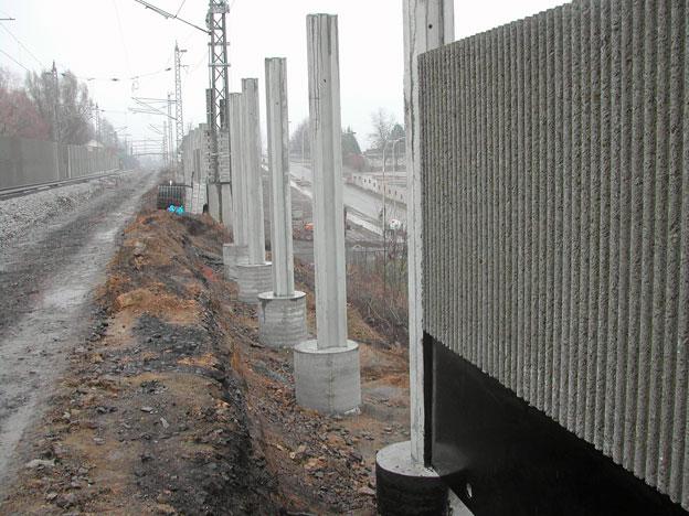 protihlukové stěny na trati Veselí n. L.–Tábor; zabetonované sloupky, betonové hlavice připravené pro osazení panelů