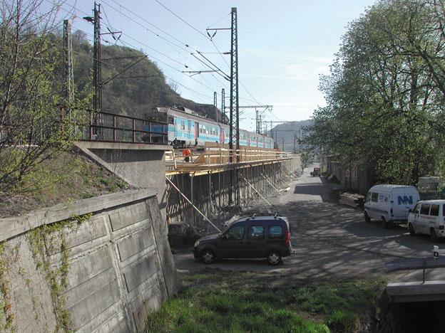 opěrná zeď v Ústí n. L. – montáž bednění, výztuže nové římsy a roznášecí desky